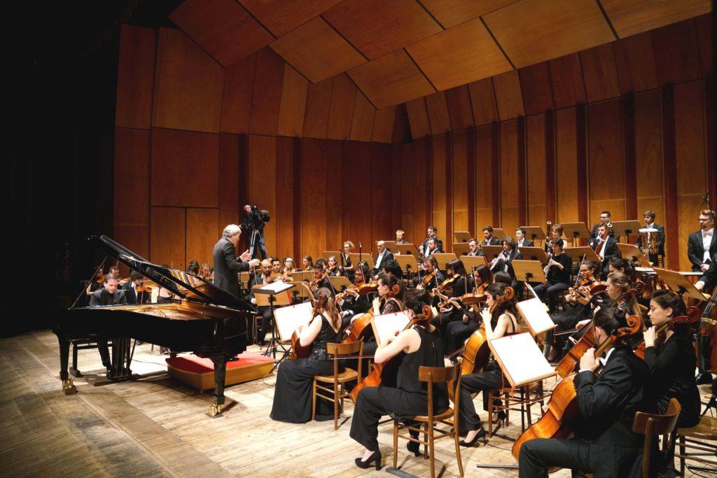 La Filarmonica diretta da Pier Carlo Orizio con Francesco Piemontesi